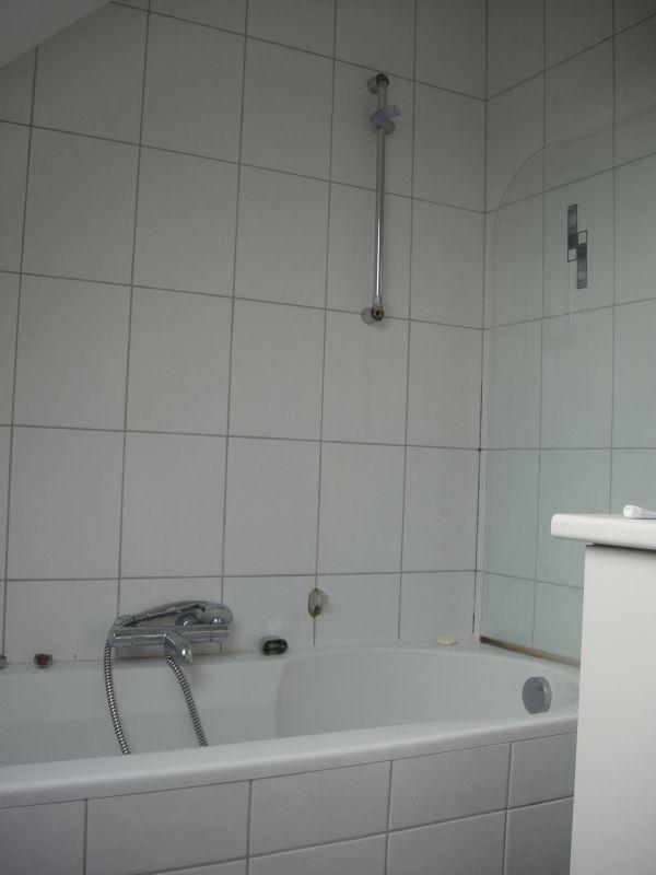 ... slaapkamer die grenst aan de badkamer, de zijde waar het bad/douche