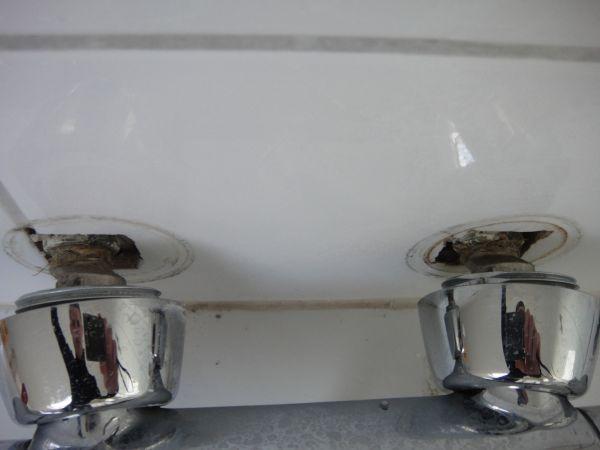 Geen Aarding In Badkamer ~   de tegel waar de badkraan zit is gebarsten, all andere tegels zijn ok