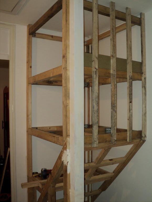 Kast boven je trap opvullen loze ruimte for Trap naar boven