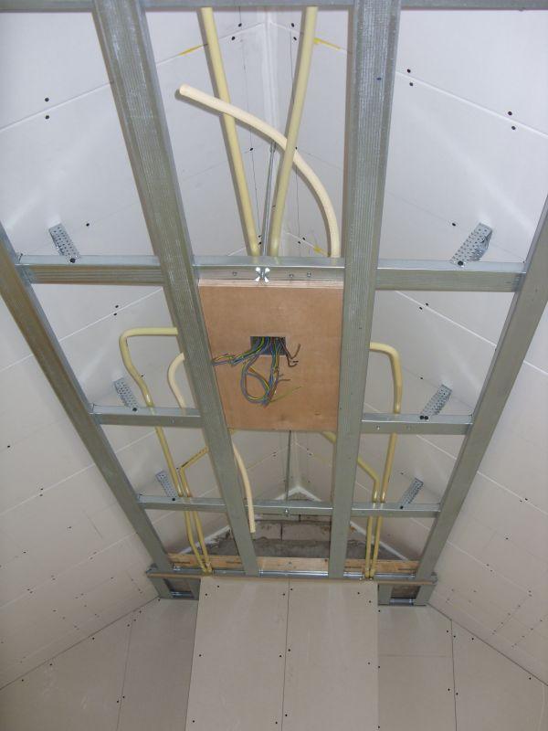 Wanden Gipsplaten: Plafond en wanden in gipsplaten vloer laminaat.