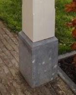 Natuursteen aan paal van veranda - Terracotta sokkel ...