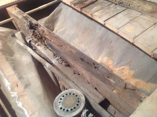 Rotte vloerbalk onder oude badkamer