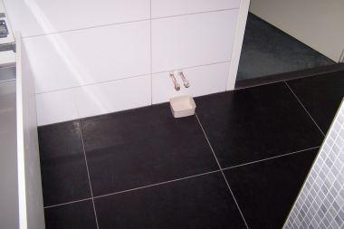 Verband tegels huiskamer en badkamer en hoe te leggen - Badkamer zwarte vloer ...