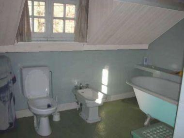 Oude plankenvloer in badkamer vervangen door nieuwe planken - Oude badkamer ...