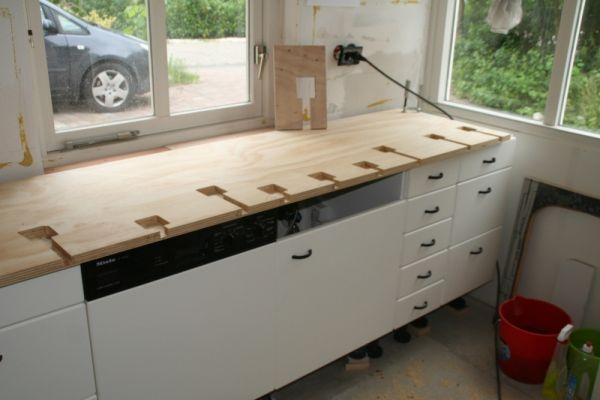 Zelf Keuken Maken Beton : Aanrechtblad met vloertegels op een houten ...