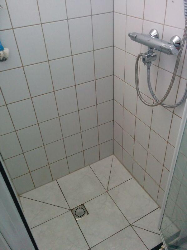 Badkamer Betegelen Bad ~ verkleuring voegen badkamervloer door vocht