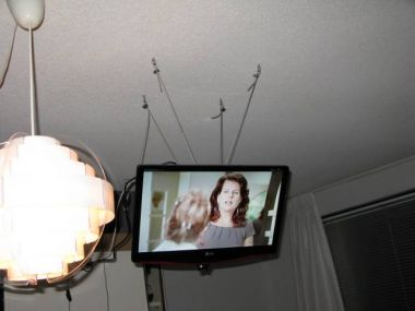 LCD TV aan plafond monteren of ophangen