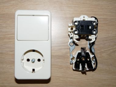 Combinatie schakelaar stopcontact aansluiten