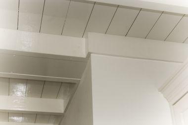 balkenplafond in badkamer met platdak