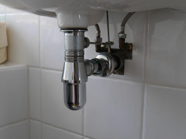 19&053530_Afvoer Badkamer Vervangen ~ De afvoer van de wastafel in de badkamer begon te lekken en bleek