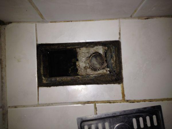 Beton Stucwerk Badkamer ~ Doucheputje stinkt en 'slurpt' bij doortrekken WC