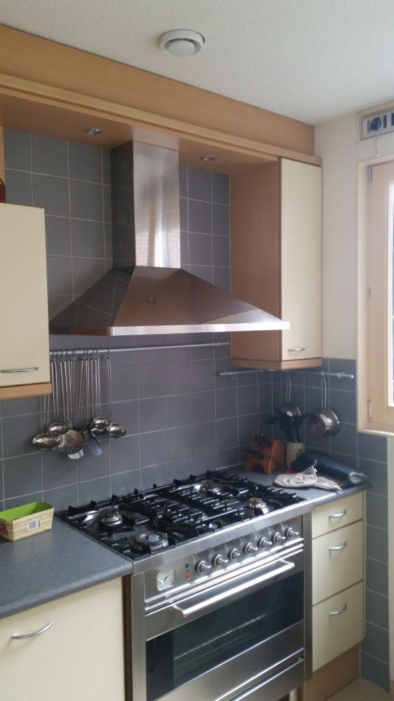 Stucen en verven over tegels in keuken