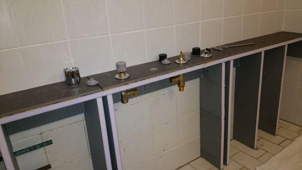 Badkamer Showroom Wijchen ~ Kraan monteren op betegelde blauwe plaat?
