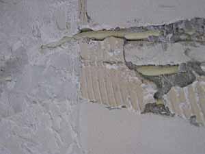 Cement Stucen Badkamer : Egaliseren van badkamermuren voor stucen