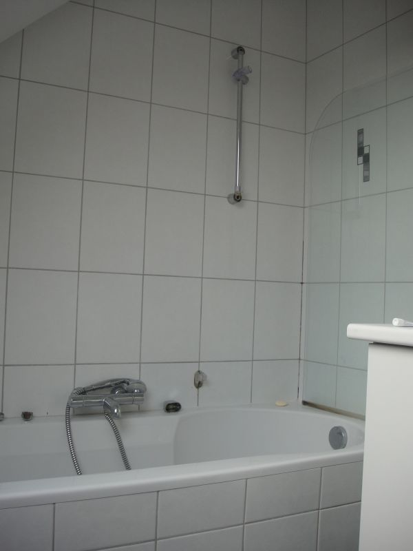 Vocht/schimmel muur slaapkamer/badkamer - lek bad/douche?