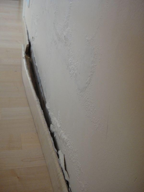 de plint is bol komen te staan en is volledig los van de muur nu