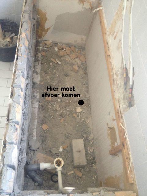 hulp bij afvoer verplaatsen in betonnen vloer, Badkamer