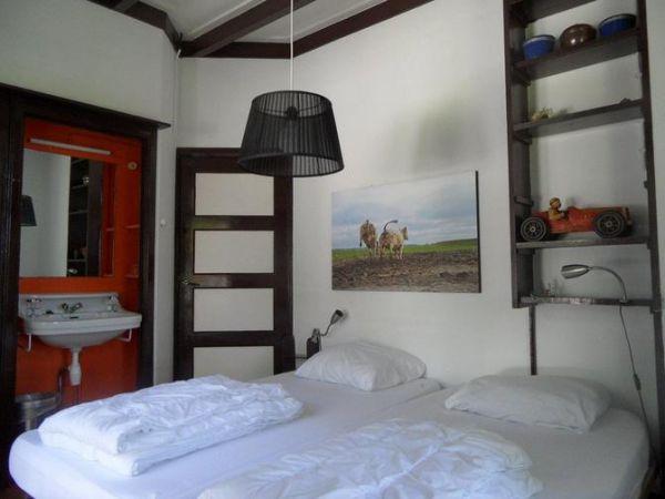 Slaapkamer op noord west - Slaapkamer met zichtbare balken ...