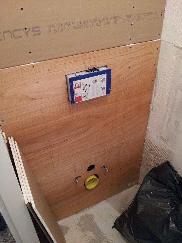 Frame hangend toilet tussen staanders?