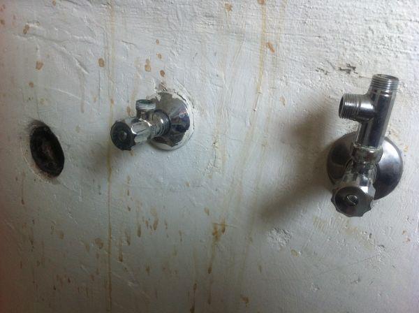 onder gootsteen wateraansluiting