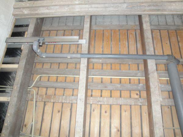 Afvoer door houten draagbalken?