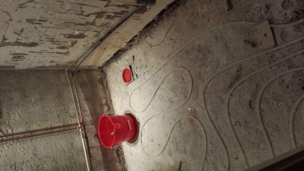 Badkamer Vloer Storten : Vloer storten over vloerverwarming in badkamer
