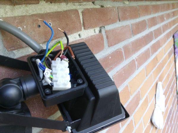 Mijn led buitenlamp met sensor aansluiten gaat niet uit