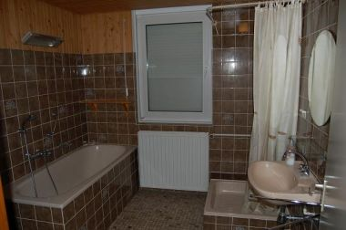 Badkamer en toilet vernieuwd mbv oa dit klusforum for Bruine tegels