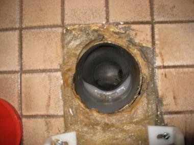 Afvoer toilet naar riool niet luchtdicht