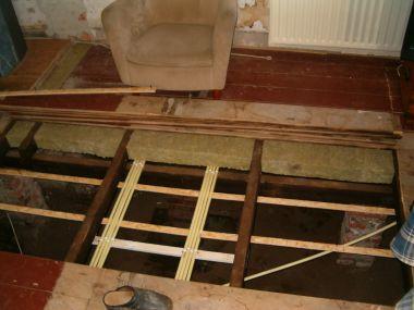 Vervangen houten vloer isoleren kruipruimte.
