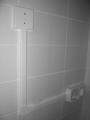 Opbouwmateriaal en kabelgoot in badkamer