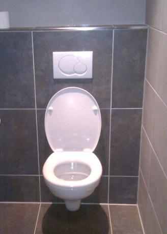 Ombouw wc betegelen for Fotos wc hangen tegel