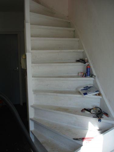 Anti slip strips aanbrengen op traptreden - Buitenste trap ...