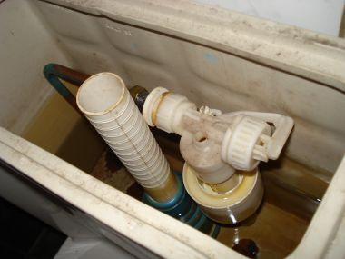 Ouderwetse Stortbak Toilet : Stortbak stroomt over