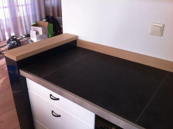 Aanrechtblad met vloertegels op een houten ondergrond - Keuken met cement tegels ...