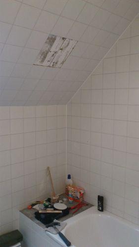 Losse tegels schuine wand in badkamer