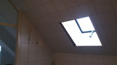 Badkamer Wand Betegelen : Losse tegels schuine wand in badkamer