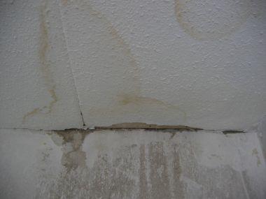 Lekkage Plafond Woonkamer : Lekkage vlekken plafond