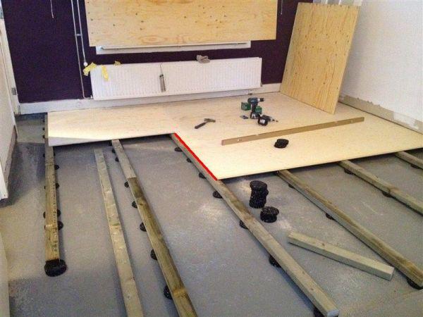 Laminaat kraakt op houten verdiepingvloer