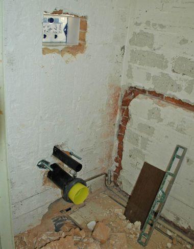 Inbouwreservoir achter muur door muur - Muur wc ...