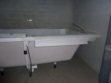 Badkuip plaatsen - Houten vloer hal bad ...