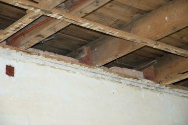 Kan ik dichtmetselen tegen koud plat dak?