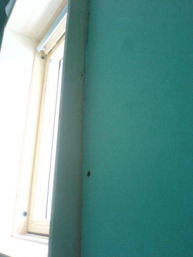 Groene gipsplaten op (schuine) badkamer wand stucen