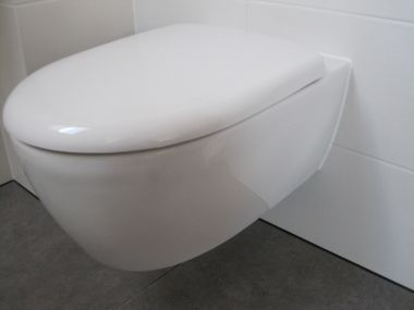 Toilet Zonder Afvoer : Hangend toilet zonder schroeven gaat los