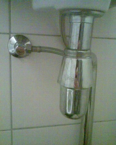 Stank uit wasbak toilet, beluchting nodig?