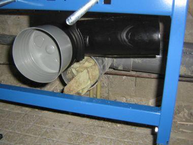 Afvoer inbouwreservoir zwevend toilet aansluiten.