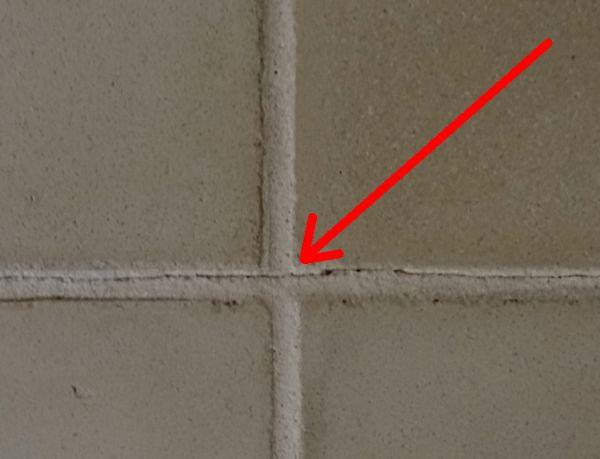 Badkamervoeg Portugese Cementtegels scheurt