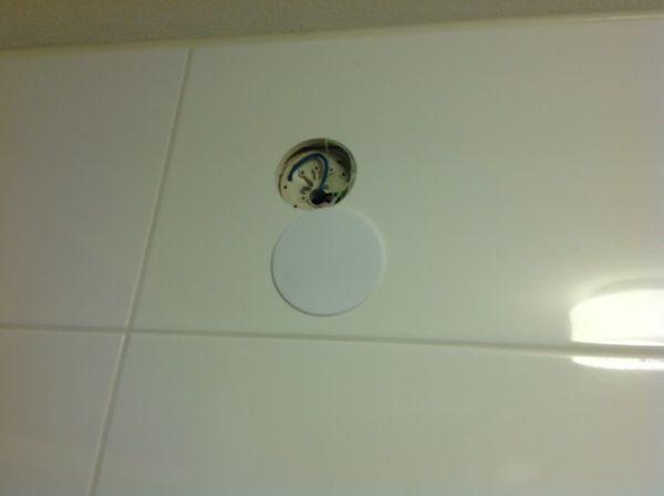 Spotjes boven badkamerspiegel van stroom voorzien