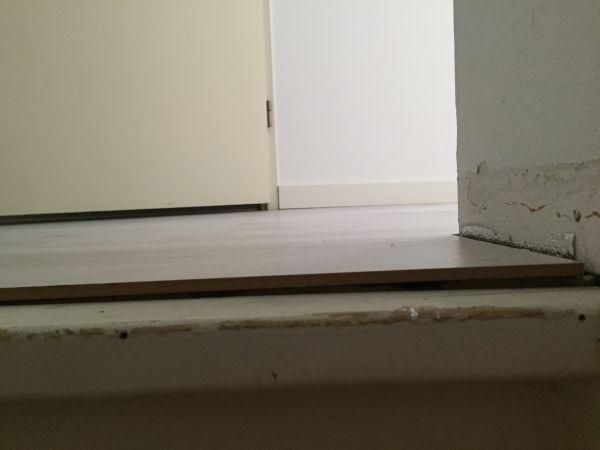 Laminaat afwerken bij trap bij scheve vloer