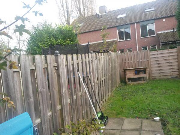 Schutting plaatsen tuinpalen in de grond for Schutting zetten